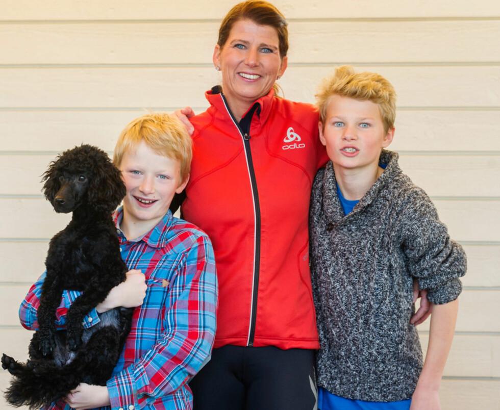 GODGUTTENE TIL MOR: Familien har alltid vært viktig for Anja. Guttene hennes, Andreas (9, t.v.) og Henrik (12), fikk tidlig ta del i morens sykdom. Valpen Smash er blitt et kjært familiemedlem.