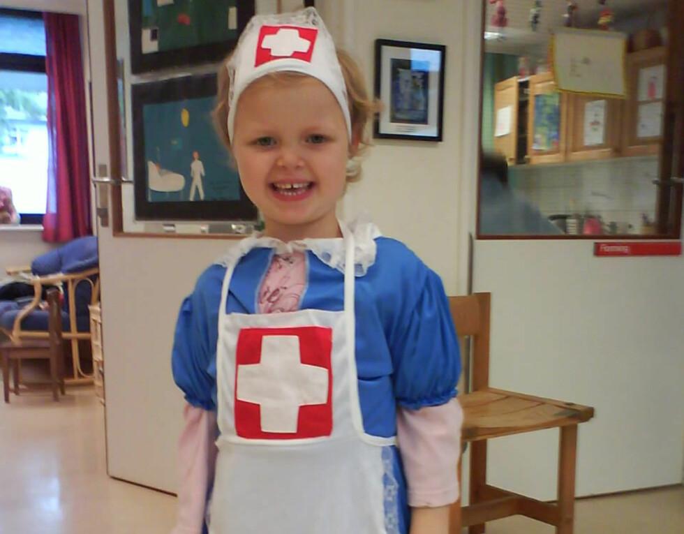 UNDER BEHANDLING: Julie på barneavdelingen på Sørlandet sykehus utkledd i sykepleierutstyr.
