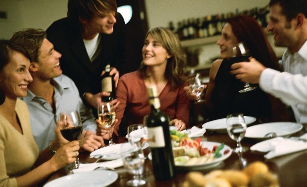 <strong>SI JA:</strong> Du skal ikke droppe sene middager i godt selskap selv om det krasjer med dine matvaner. Den positive helseeffekten ved å hygge deg med venner er altfor stor.   Foto: Colourbox