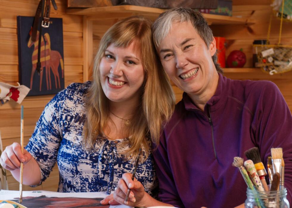 xSTOLT MOR: Merete synes datteren er både sterk, tøff og modig. Her maler og tegner de sammen i «hønsebua», som er deres kreative stue hjemme hos Merete.