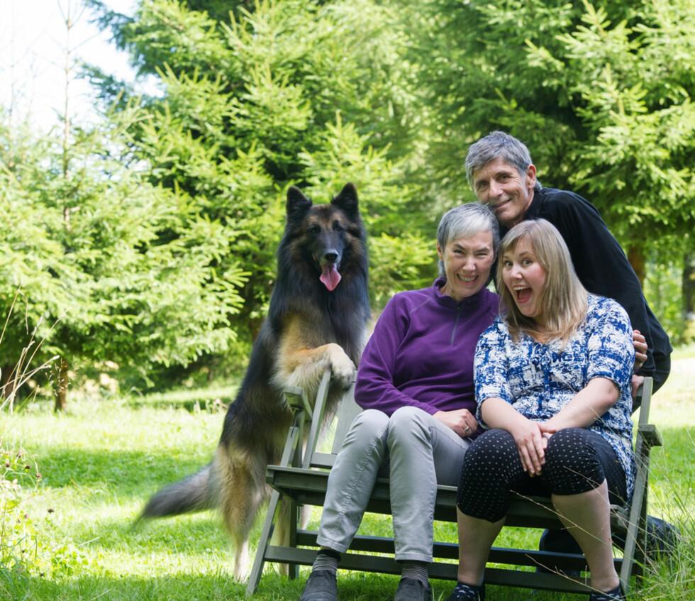 GODE HJELPERE: Kesia har hatt god støtte fra familien hele tiden. Her med mor Merete og stefar Per Ole og hunden Khan.