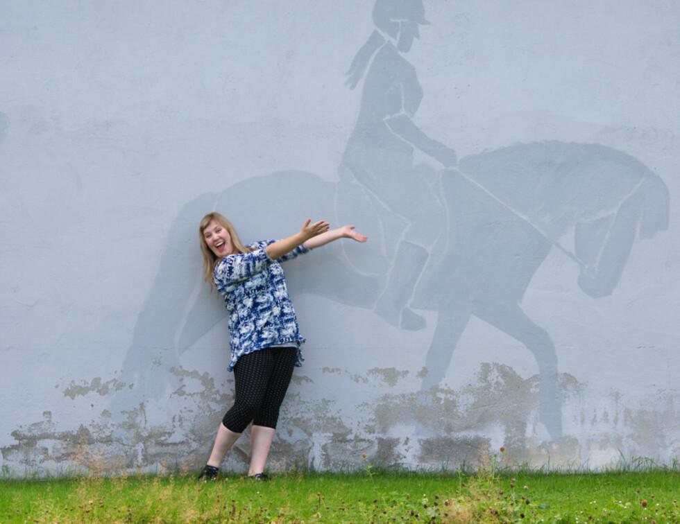 DILLA PÅ HESTER: Moren til Kesia har vært «hestegal» hele livet, noe som har smittet over på Kesia. Motivet på veggen i bakgrunnen er av Kesia og en av deres tidligere hester.