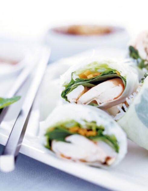 Vietnamesiske eggruller med svinekjøtt og crabstick servert på salat med friske urter og nuoc cham (dippdressing).