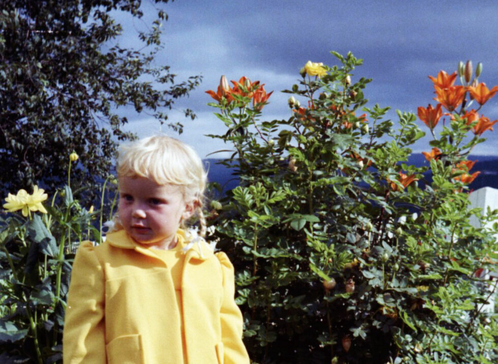 Lykkelig barndom: - Jeg var så lykkelig som barn, sier Hilde Johanne. Her er hun i bestemors hage.