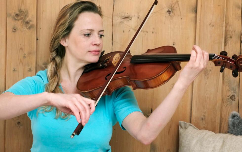 Finstemt: - Bratsjen er en av mine stemmer, sier Hilde Johanne, som ofte har musikalske innslag i sine kurs og foredrag.