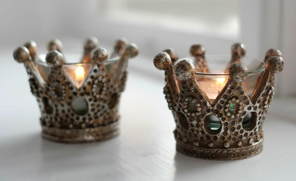 Eventyrprinsesse: På kontoret tenner hun lys i lysestaker formet som prinsessekroner.
