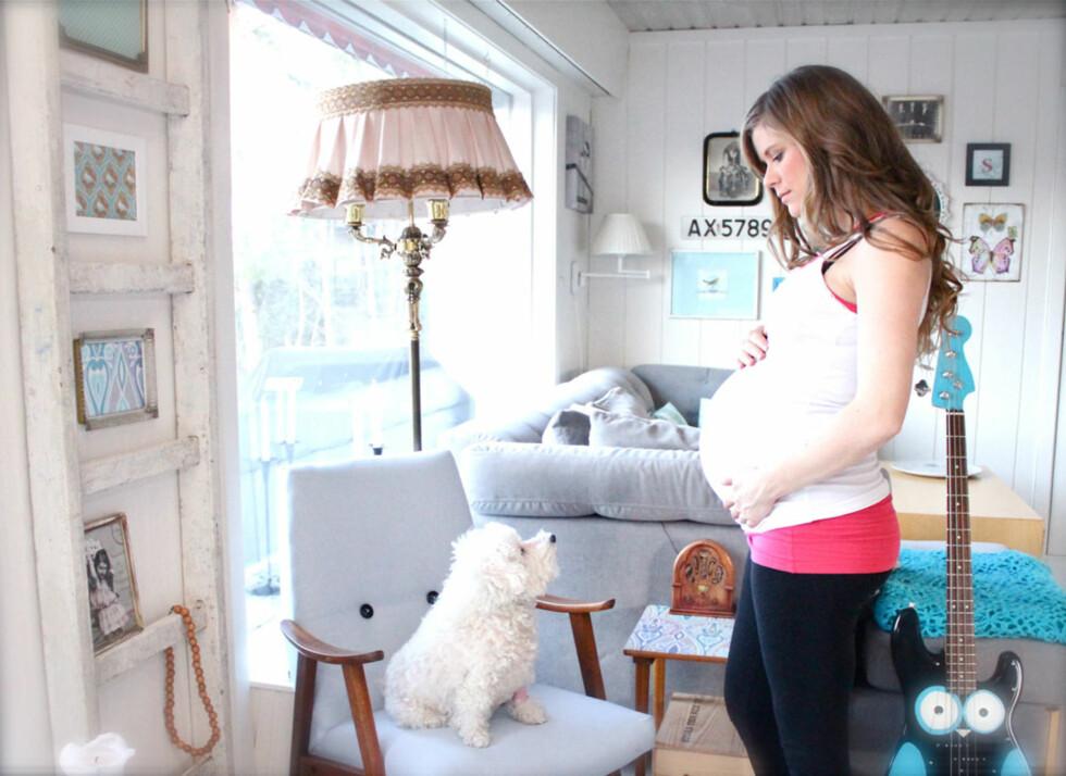Ventetid: – Jeg turte ikke føle meg helt trygg før jeg holdt lille Sofus i armene mine, sier Julie. Hunden Lambi var en kjær venn i ventetiden, men dessverre lever hun ikke lenger.