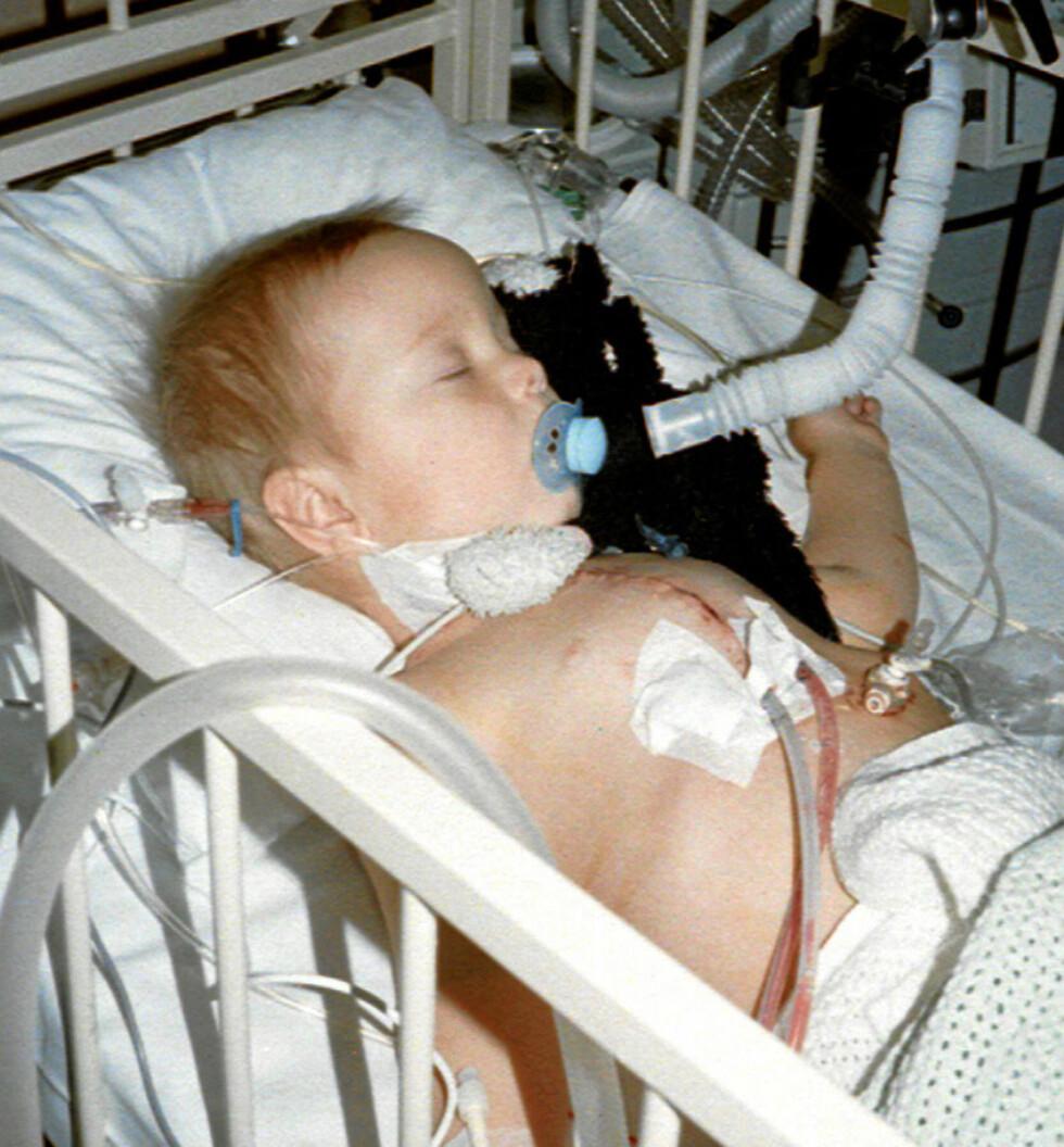 På sykehus: Her får sønnen Lars-Henrik behandling for hjertefeilen.