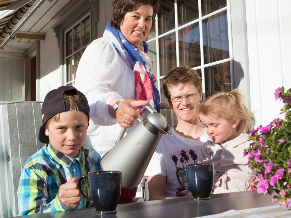 – Alle har lov til å bikke over i motløshet eller pessimisme av og til, men så må vi feste blikket og se framover igjen, mener Mette-Lise som koser seg på terrassen med mannen og to av barna.