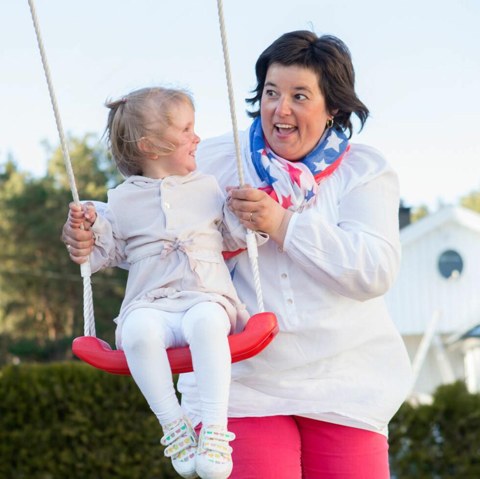Tjohei! Yngstejenta Anine er glad i å huske. Her med mamma Mette-Lise som trygt anker.