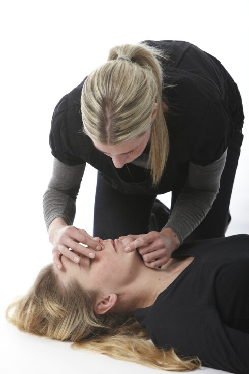 ETTER BRYSTKOMPRESJON: Innblåsninger følger ETTER brystkompresjon. Hver innblåsning skal ta cirka ett sekund og avsluttes når brystkassen hever seg.