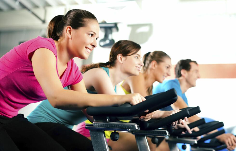 <strong>HARD TRENING:</strong> Ved hard trening, som løping/spinning i raskt tempo eller hard roing kan man svi av rundt 606 kcal på 30 minutter. Det tilsvarer cirka halvannen 100 grams marsipangris med sjokolade! Foto: Thinkstock.com