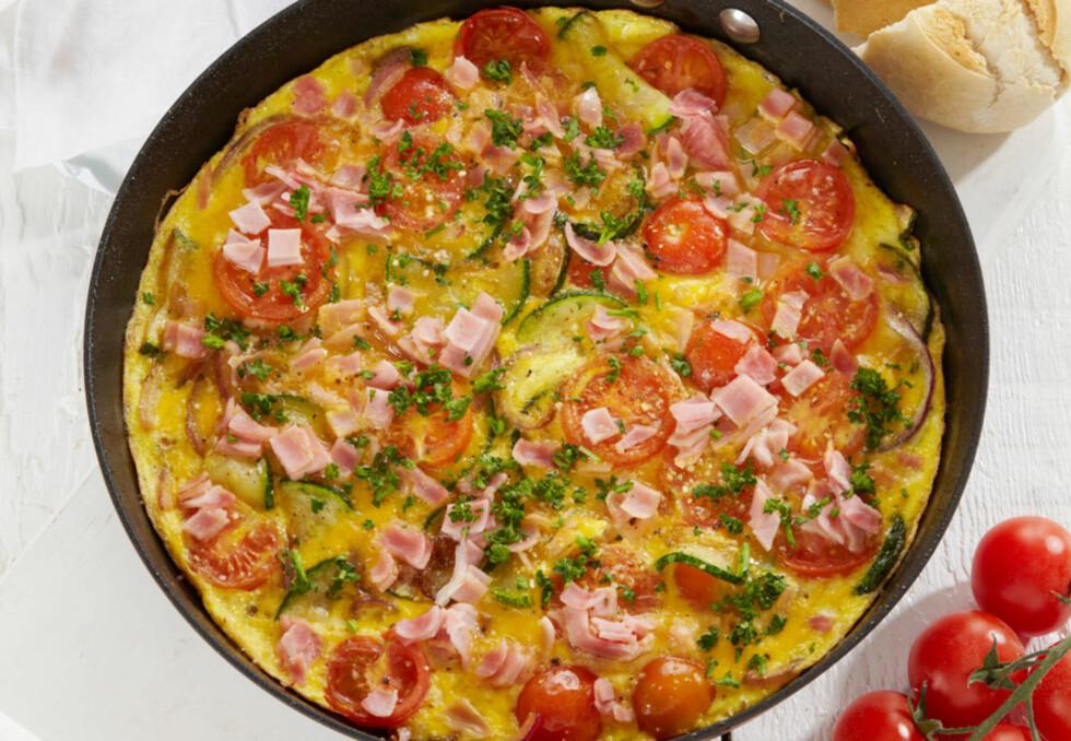 Eggepanne med squash, skinke og tomat