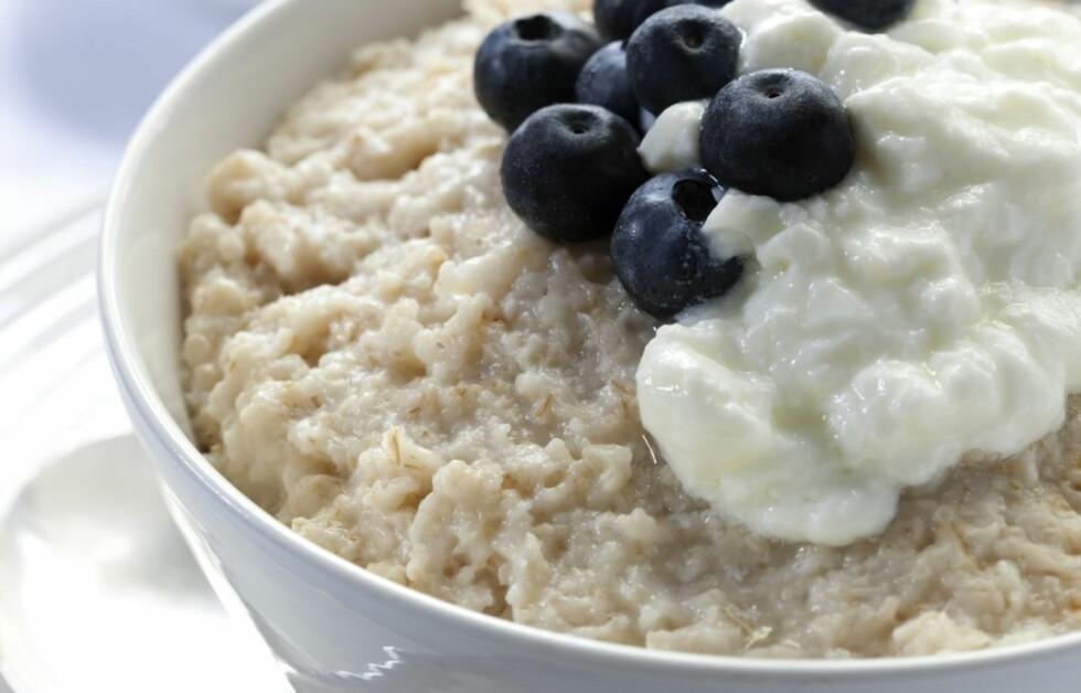PIMP OPP GRYNA: Havregryn, blåbær og yoghurt er blant de beste matvarene for deg som vil leve sunt og lenge. Foto: Thinkstock.com