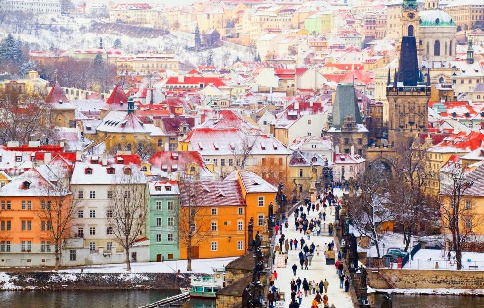 Karlsbroen er hjertet i Praha, og du kommer rett inn i Gamlebyen. Foto: All Over Press