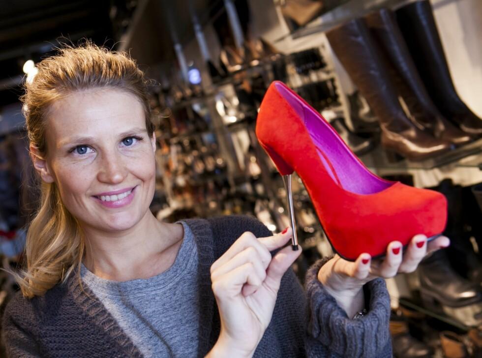<strong>SESONGENS HOTTESTE SKO:</strong> Ifølge Elisabeth Moe, som er innkjøps- og markedskoordinator for skokjeden Bianco, er røde sko noe av det hotteste du kan ha på deg på julefestene i år.  Foto: Per Ervland