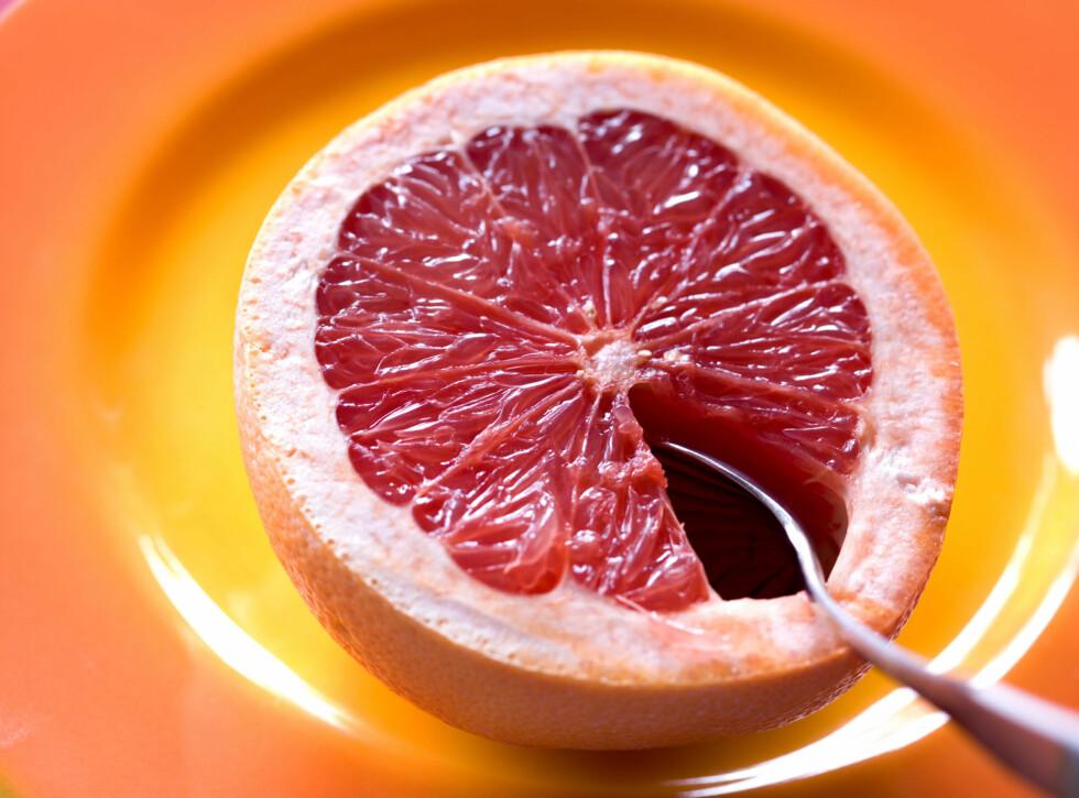 GODT FOR MYE: Den røde grapefrukten er rik på C-vitaminer som styrker immunforsvaret og reduserer risikoen for å bli rammet av hjertesykdom, kreft og slag.  Foto: Getty Images/F1online RF