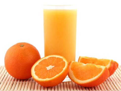 FIN FRUKT: Appelsinjuice om morgenen er jo godt, men velger du å spise frukten, får du fiber med på kjøpet. Foto: Thinkstock.com