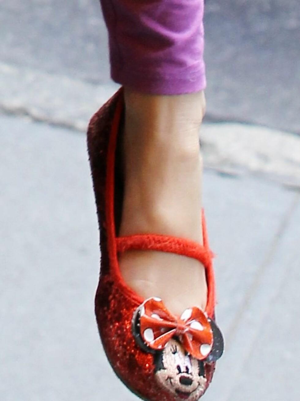 Nærbilde av de glamorøse Minnie Mus-ballerinaskoene. Foto: All Over Press