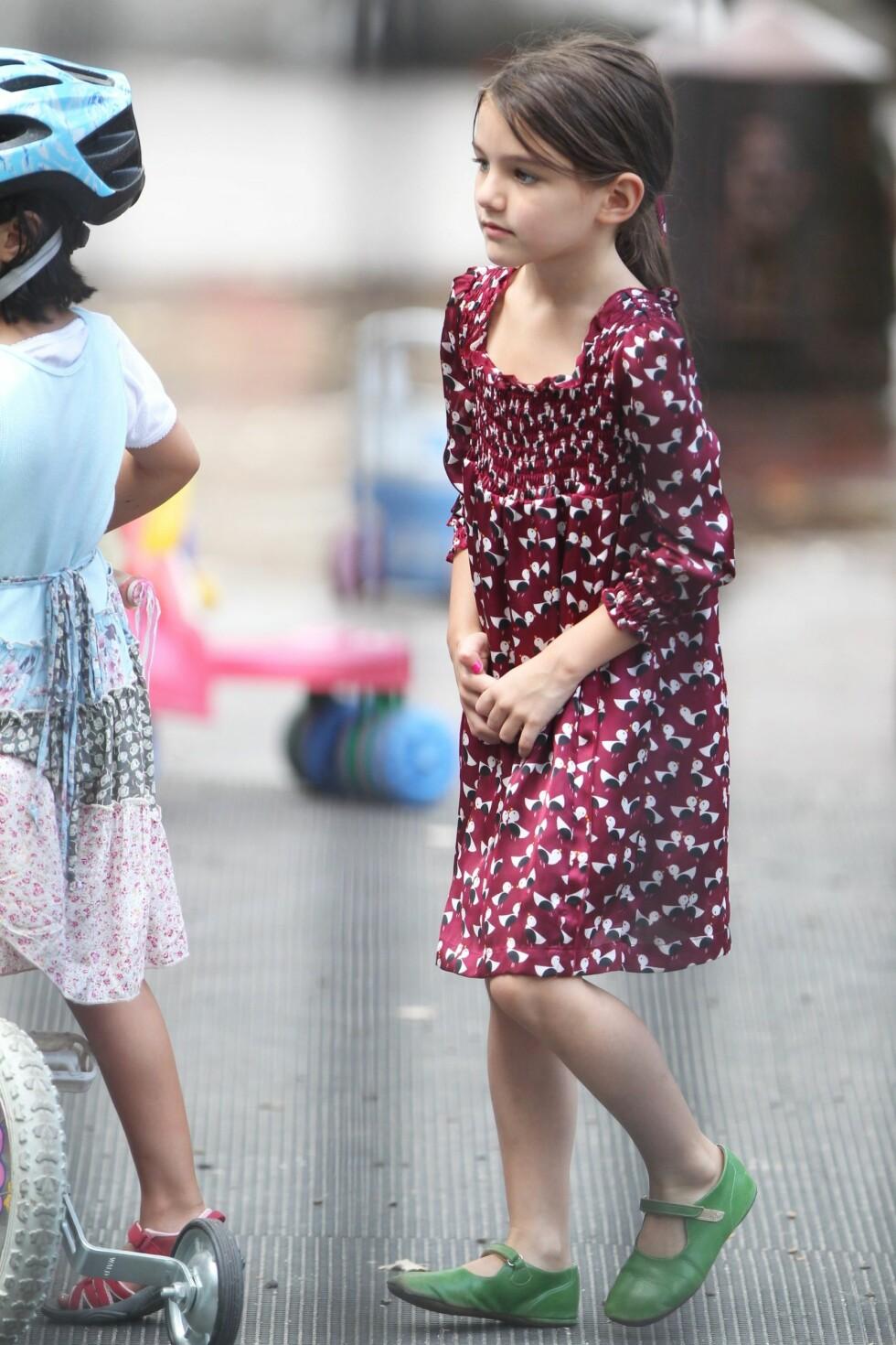 Suri på lekeplassen i en supersøt kjole med grønne sko. Foto: All Over Press