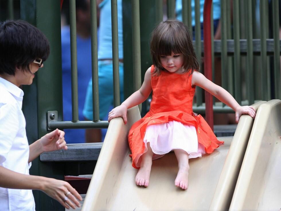 På lekeplassen i prinsessekjole. Foto: All Over Press