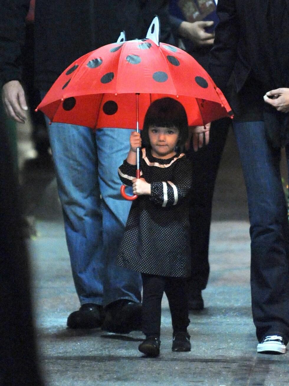 Prikkete kjole med matchende paraply. Foto: All Over Press