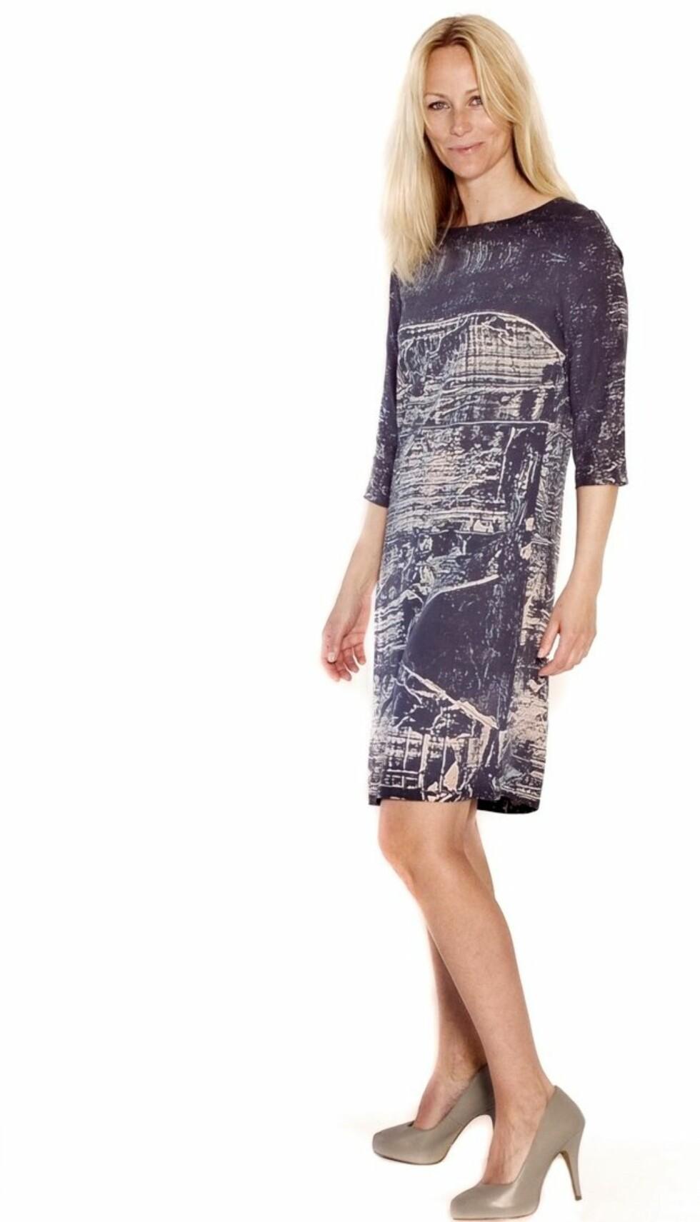 DEN NYESTE KJOLEN I KOLLEKSJONEN: Cathrine Knudsen anbefaler atd u styler den med burgunder. Kjolen koster kr 1099. Foto: Produsenten