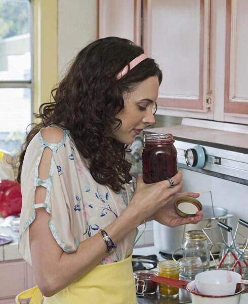 <strong>SJEKK SELV:</strong> Er mormrs syltetøy fortsatt spiselig? Lukt på det, og se etter mugg. Foto: www.jupiterimages.com