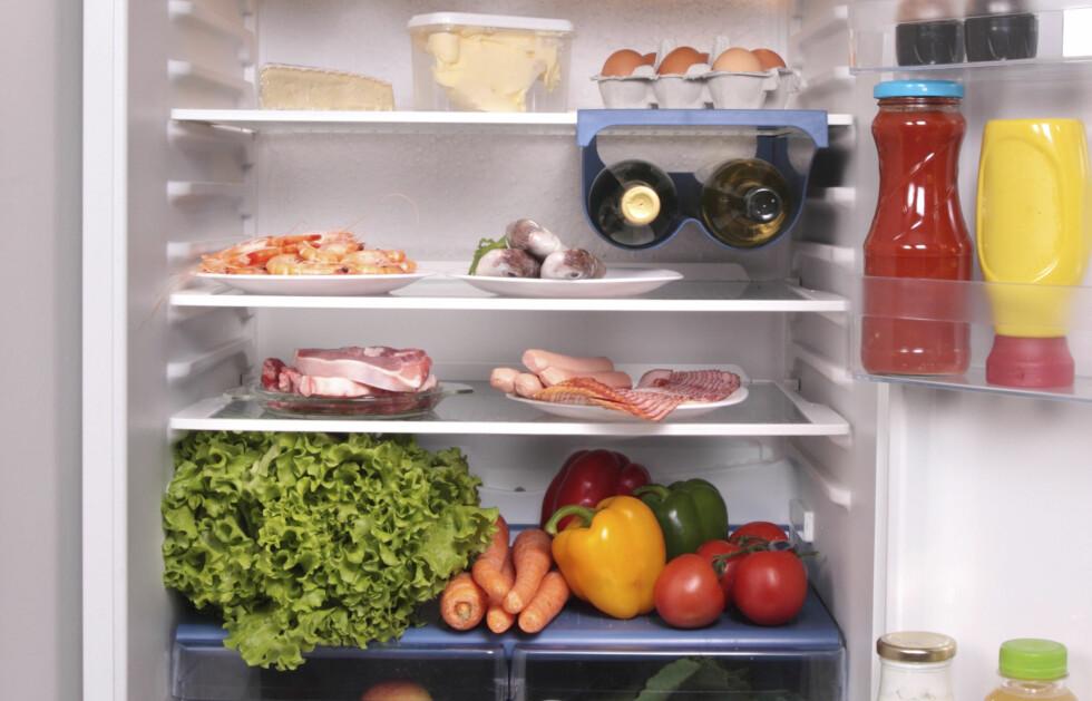 <strong>FULLT AV HEMMEIGHETER:</strong> Det er mange av oss som ikke har helt oversikt over hva vi har i kjøleskapet. Men ikke vær for kjapp til å hive mat utgått på dato når du oppdager den bakerst i skapet. Foto: Colourbox.com