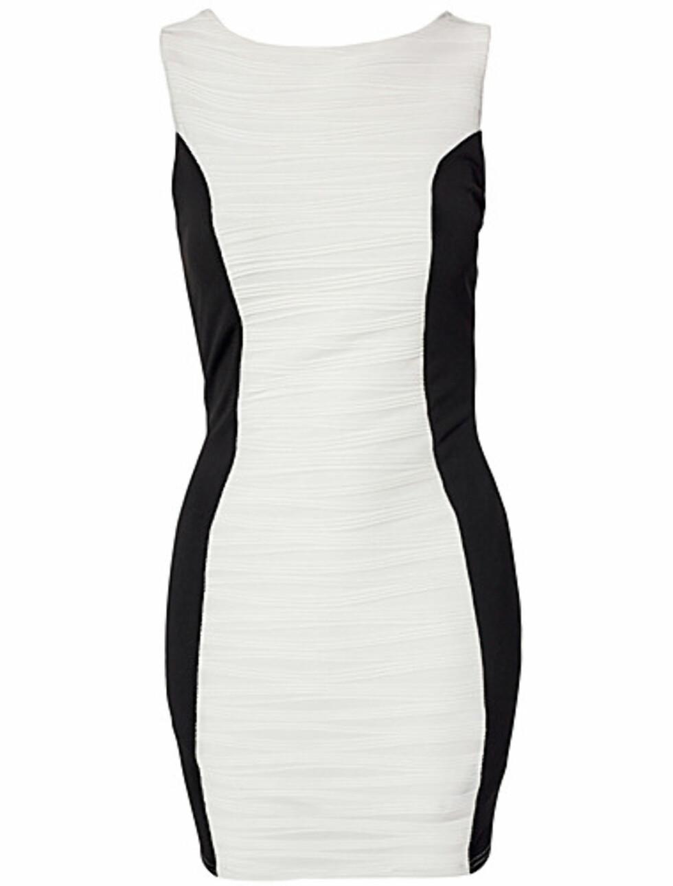 Hvit kjole med svarte partier fra AX Paris. 299 kroner, Nelly.com.  Foto: Produsenten