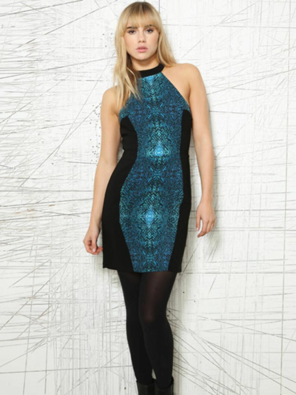 Blågrønn kjole med svarte partier langs siden fra Silence & Noise. Cirka 450 kroner, Urbanoutfitters.co.uk.  Foto: Produsenten