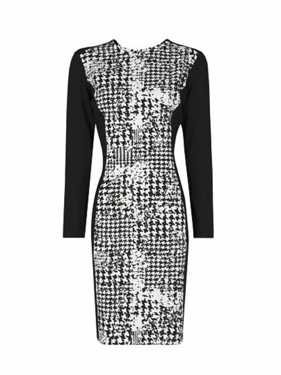 Mønstret svart-hvit kjole med svarte partier langs sidene. 449 kroner, Shop.mango.com.  Foto: Produsenten