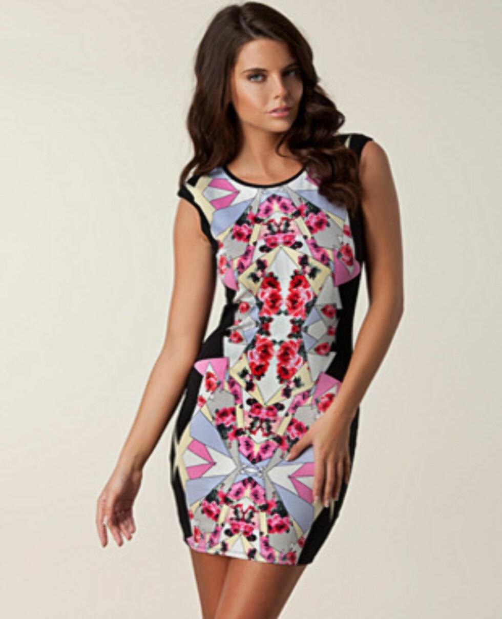 Stilig mænstret kjole med svarte partier ned langs siden fra Lipsy. 749 kroner fra Nelly.com via Fashionstreet.no.  Foto: Produsenten