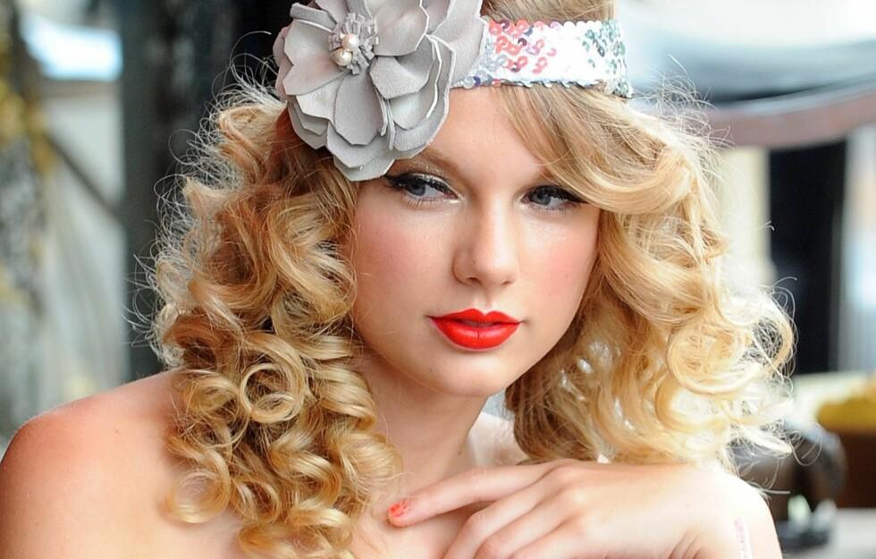FLOTTE FAVORITTER: Magasinet Vanity Fair har fått en liste over Taylor Swifts favoritter hva klær, tilbehør og skjønnhetsprodukter angår. Her finner du gode hint for å kopiere den gjennomførte, klassiske, søte stilen.  Foto: All Over Press