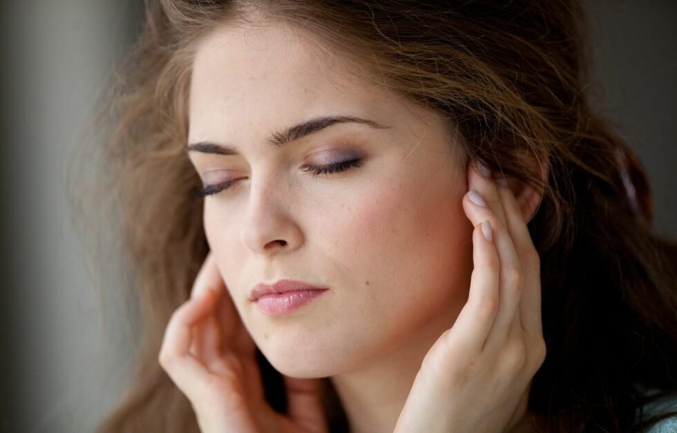STRESSA? Du kjenner sikkert til symptomer som hodepine og stram kjeve, men visste du at hårtap, svetting og neseblod også kan være tegn på at du stresser for mye? Foto: All Over Press