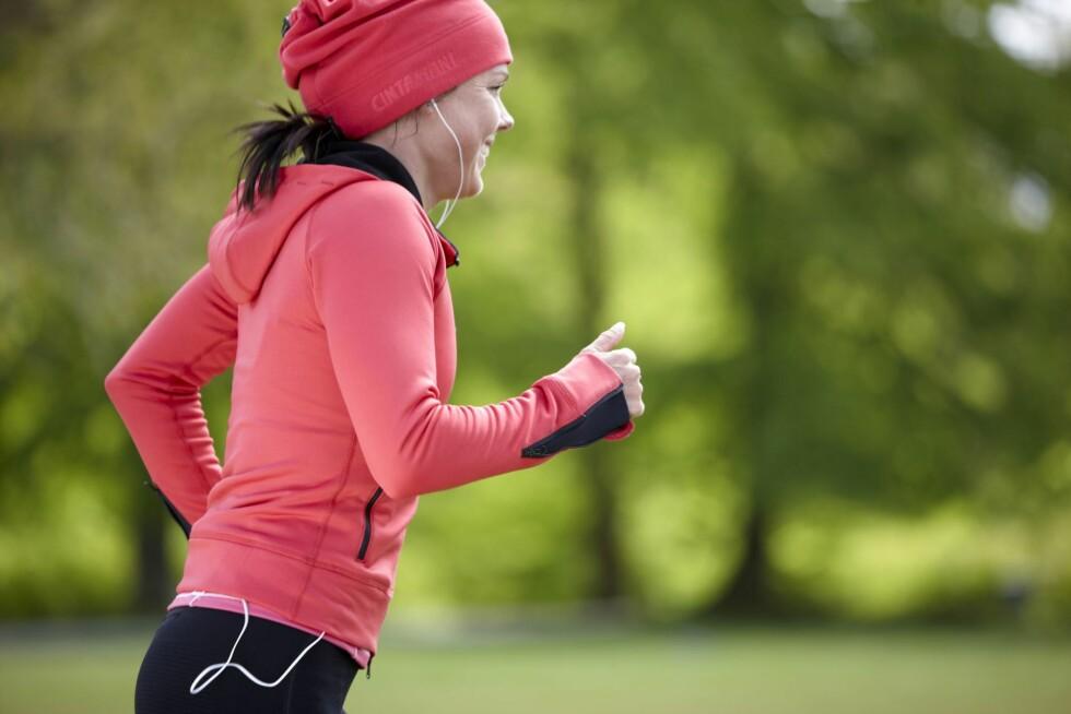 KOM DEG HELLER UT I NATUREN: Hvis du ikke er helt komfortabel med å trene på et treningssenter er det store fordeler ved å ta med trening ut - og det beste er at det er helt gratis! Foto: Colourbox.com