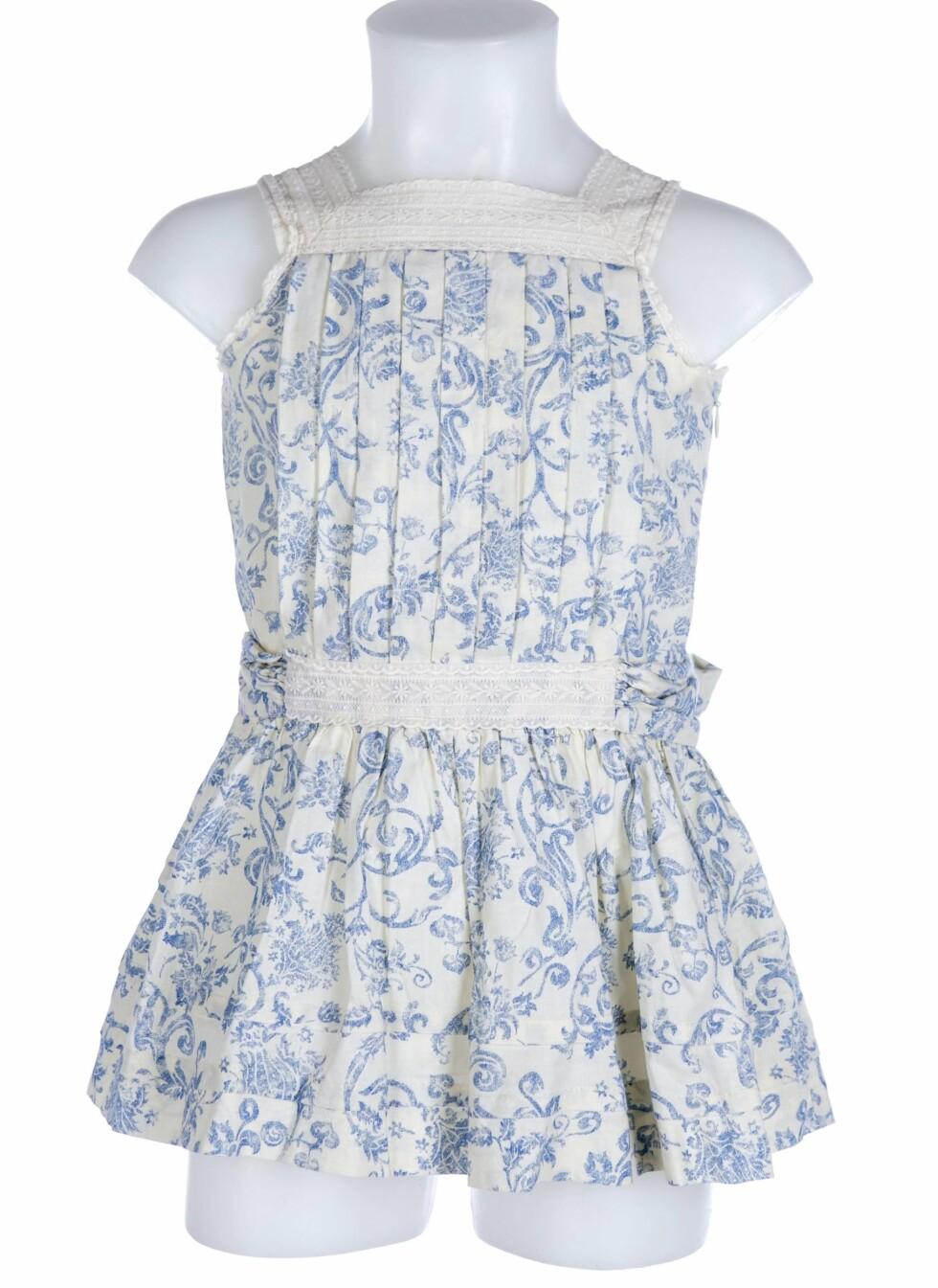 En blå og hvit sommerkjole med blonder fra Gocco, størrelse 3 år.