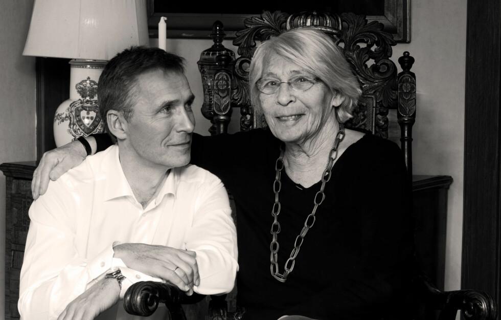 MAMMAS GUTT: Jens Stoltenberg elsket moren sin svært høyt. I dette KK-intervjuet, gjort til morsdagen i år, forteller begge hvorfor de setter hverandre så høyt. - Det jeg er mest stolt av ved Jens er personen han er. Han skiller mellom hva som er viktig og hva som er uviktig, sa Karin da. Foto: Charlotte Spetalen