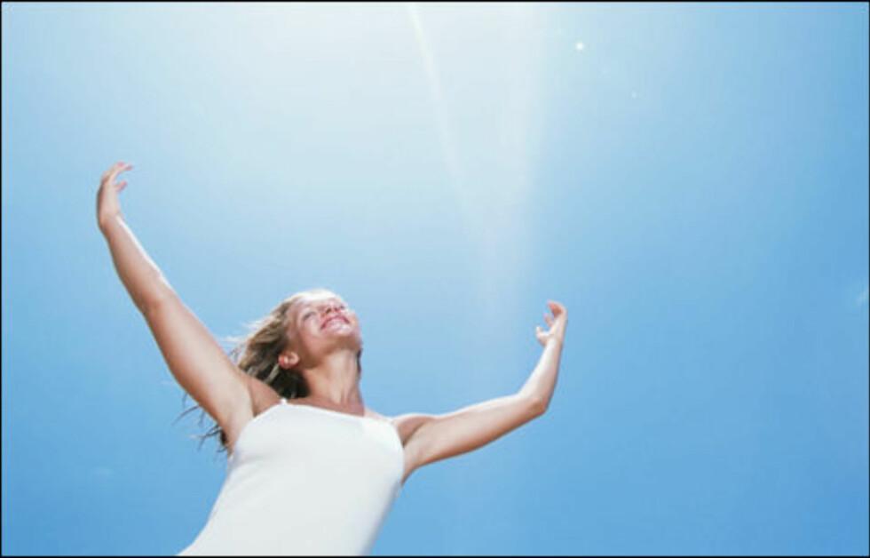 SOLLY: Menneskekroppen kan selv produsere vitamin D - så fremt vi får nok sollys. Kroppen lager nemlig sitt eget vitamin D i huden, men denne prosessen er avhengig av ultrafiolett stråling.  Foto: Getty Images