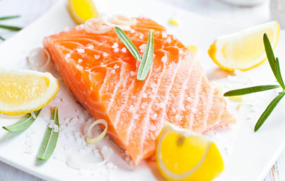 MANGEL PÅ VITAMIN D?: Fet fisk, som laks, eller omega-3 tilskudd er supert dersom du tror at du kan ha litt manko på vitamin D i høst- og vintermørket.  Foto: Getty Images/iStockphoto