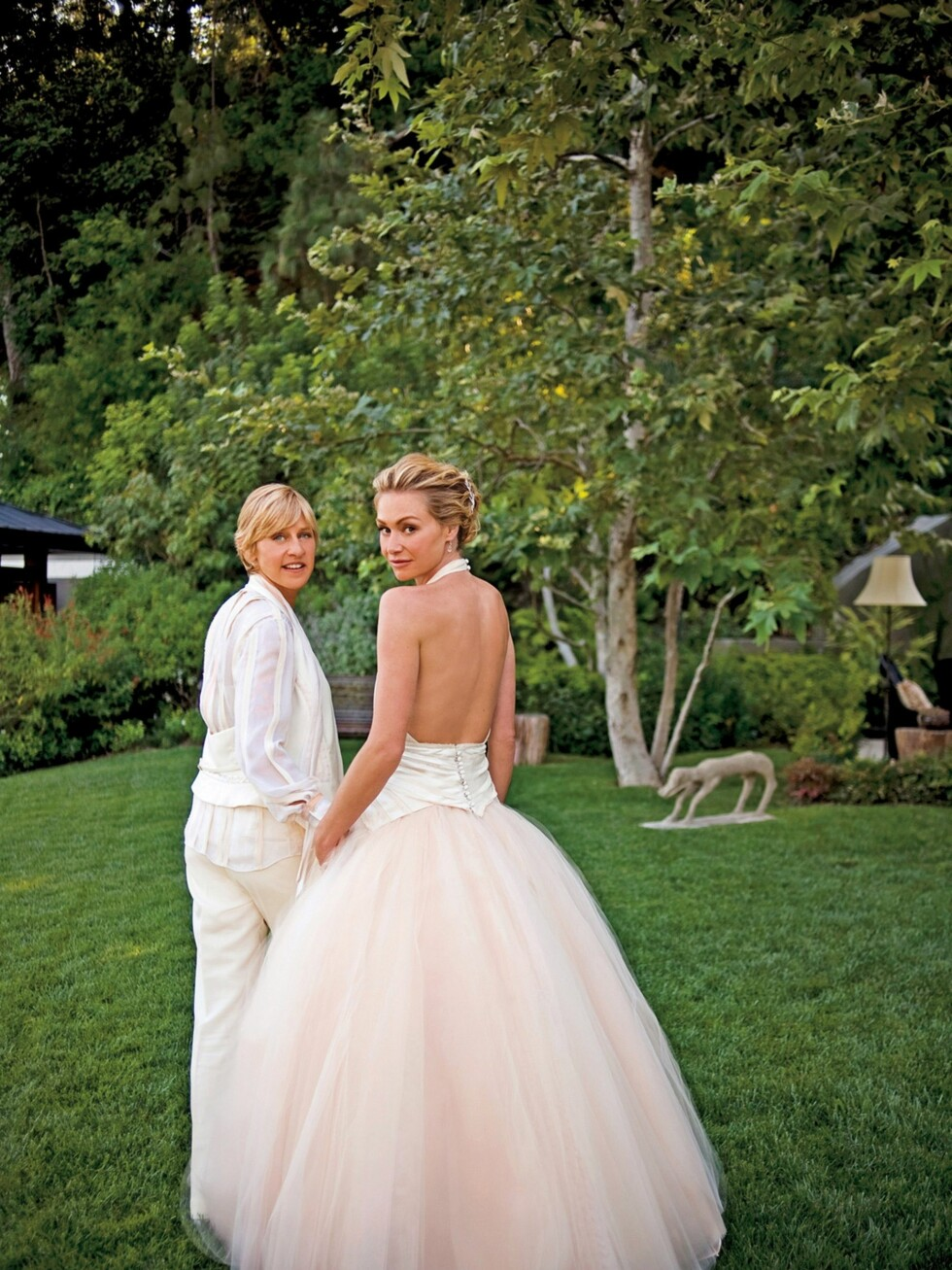 Komiker Ellen DeGeneres og skuespiller Portia de Rossi avbildet i sitt bryllup i 2008.  Foto: All Over Press