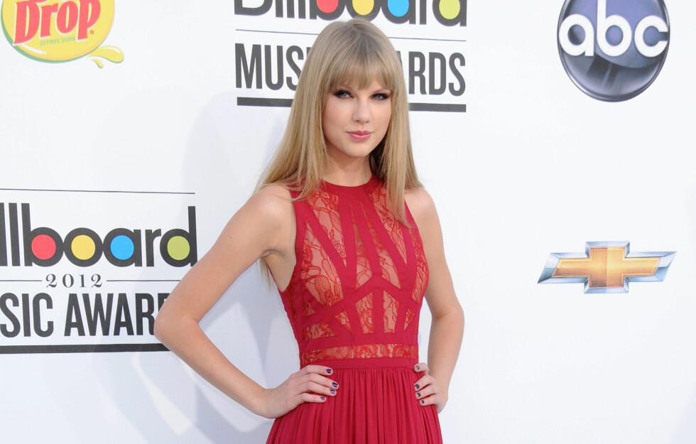 <strong>LEKKER I RØDT:</strong> Pop- og countrystjerne Taylor Swift elsker rødt, og bruker fargen på alt fra klær, accessoirer og sko, til lepper og negler.  Foto: All Over Press