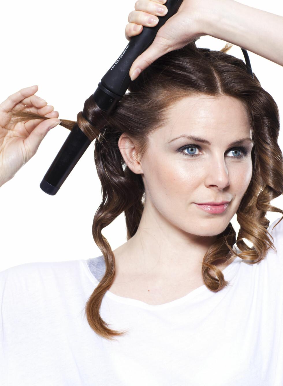 TRINN 1: Blank side: Føn håret tørt med volumspray og varmebeskyttende spray. Krøll håret vekk fra ansiktet, bortsett fra i tinnningen, der du krøller mot ansiktet.Matt side: Føn håret tørt med saltvannsspray og voks på spray. Tvinn hver hårlokk før du krøller. Foto: Astrid Waller