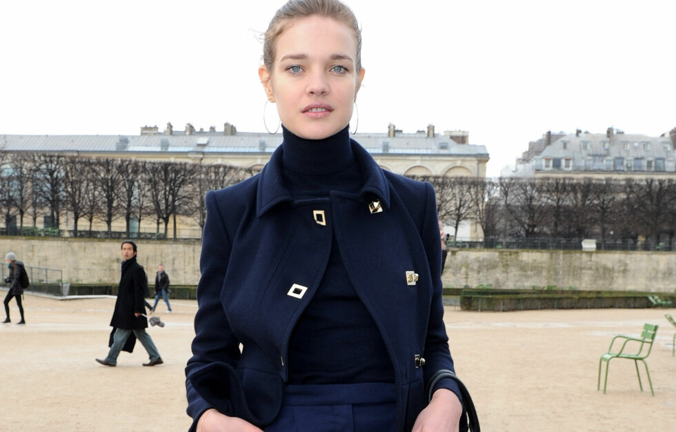 KLASSISK OG ALLSIDIG: Den russiske skuespilleren Natalia Vodianova kombinerer pologenseren med en klassisk jakke og smale bukser. Få en hel drøss andre stylingtips lenger ned i saken. Foto: All Over Press