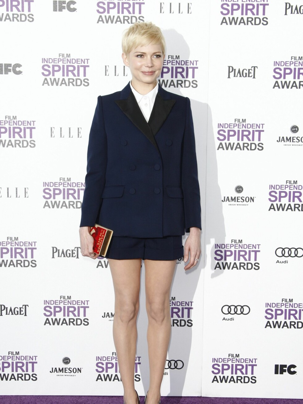 """Michelle Williams med sin """"The Catcher in The Rye""""-clutch.  Foto: All Over Press"""