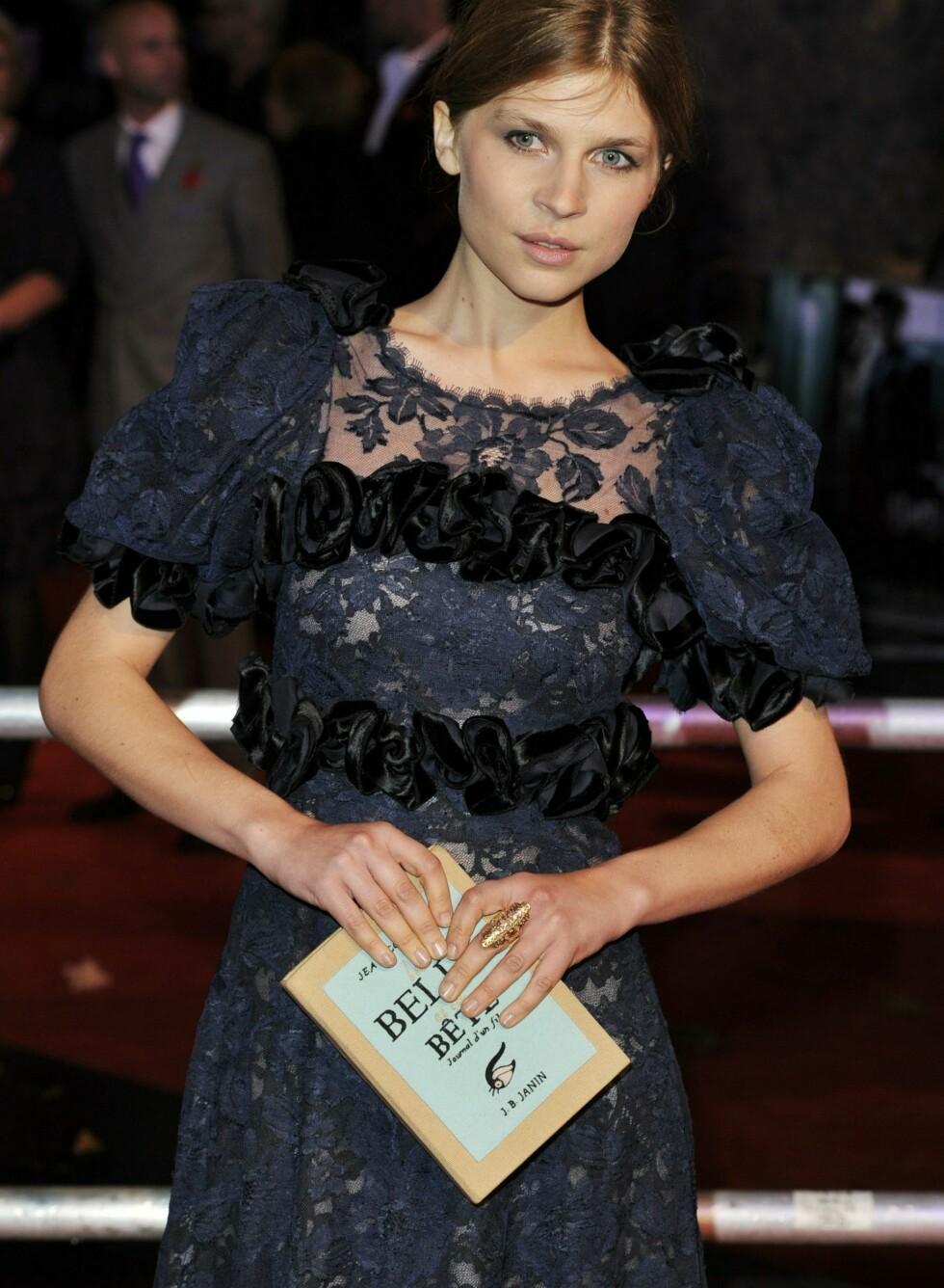 Franske Clemence Poesy på premierefest med sin søte clutch. Foto: All Over Press