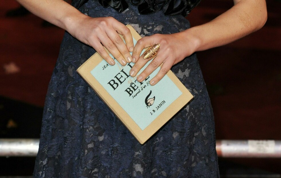 """TREND-CLUTCH: Dette er ikke en bok, men de nye """"it""""-clutchene til den franske designeren Olympia Le-Tan. Veskene er laget som kopier av legendariske bøker og har blitt superpopulære blant kjendiskvinner verden over de siste årene.  Foto: All Over Press"""