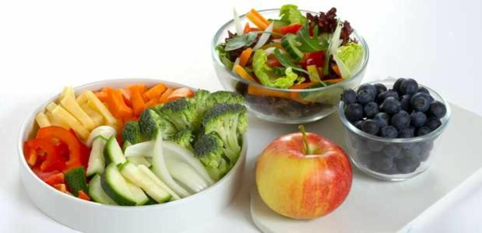 MINST FEM OM DAGEN: Norsk helsemyndigheter anbefaler et inntak på minst fem porsjoner frukt og grønt per dag. Dette tilsvarer cirka 200 gram frukt og 300 gram grønt.  Foto: Helsedirektoratet/Synnøve Dreyer