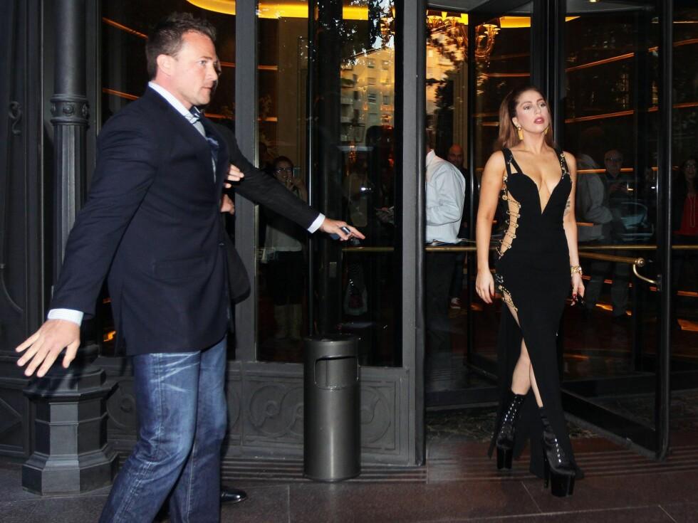 Lady Gaga stiger ut fra hotellet Principe di Savoia i Milano. Foto: All Over Press