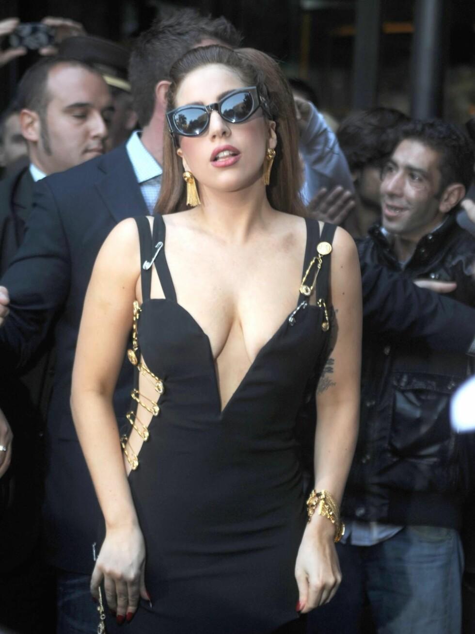 Lady Gaga er på vei til konserten sin i Milano. Foto: All Over Press